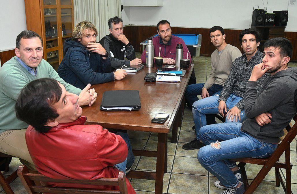 Lugano presidiendo una reunión de la Mutual