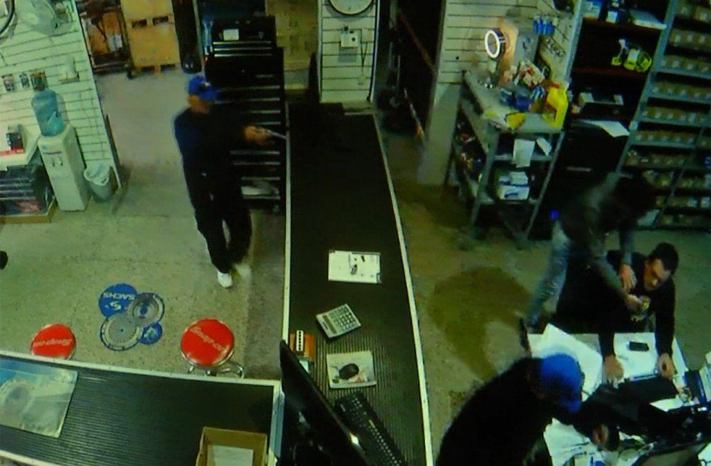 Delincuentes armados robaron US$ 40.000 en casa de repuestos en el Centro