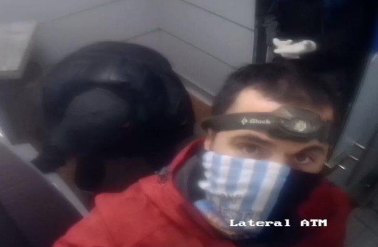 Los ladrones registrados por la cámara del cajero automático