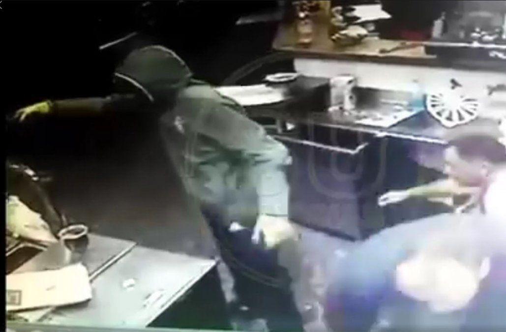 Captura de video del robo a la pizzería publicado por SU noticias