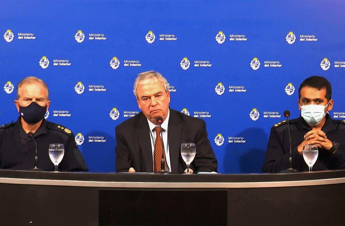 El ministro Luis Alberto Heber con el director de cárceles Luis Mendoza y el director del Comcar Jorge Camargo. (Foto: Comunicación