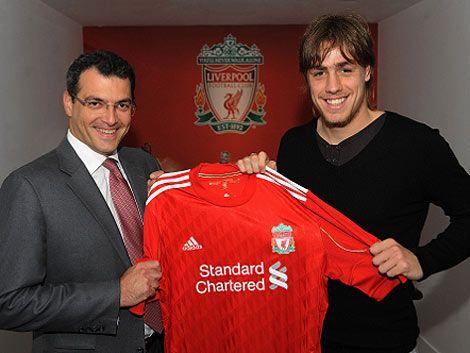 Coates firmó y se puso la camiseta del Liverpool