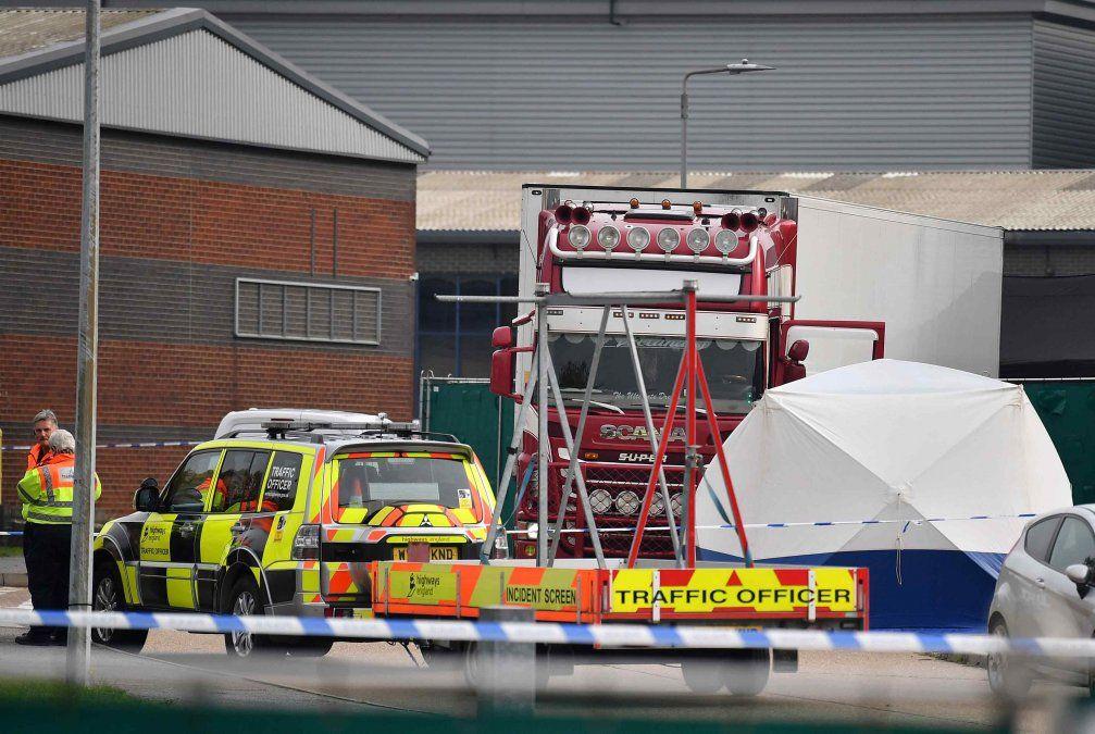 Descubren 39 cadáveres en un camión cerca de Londres; el conductor detenido