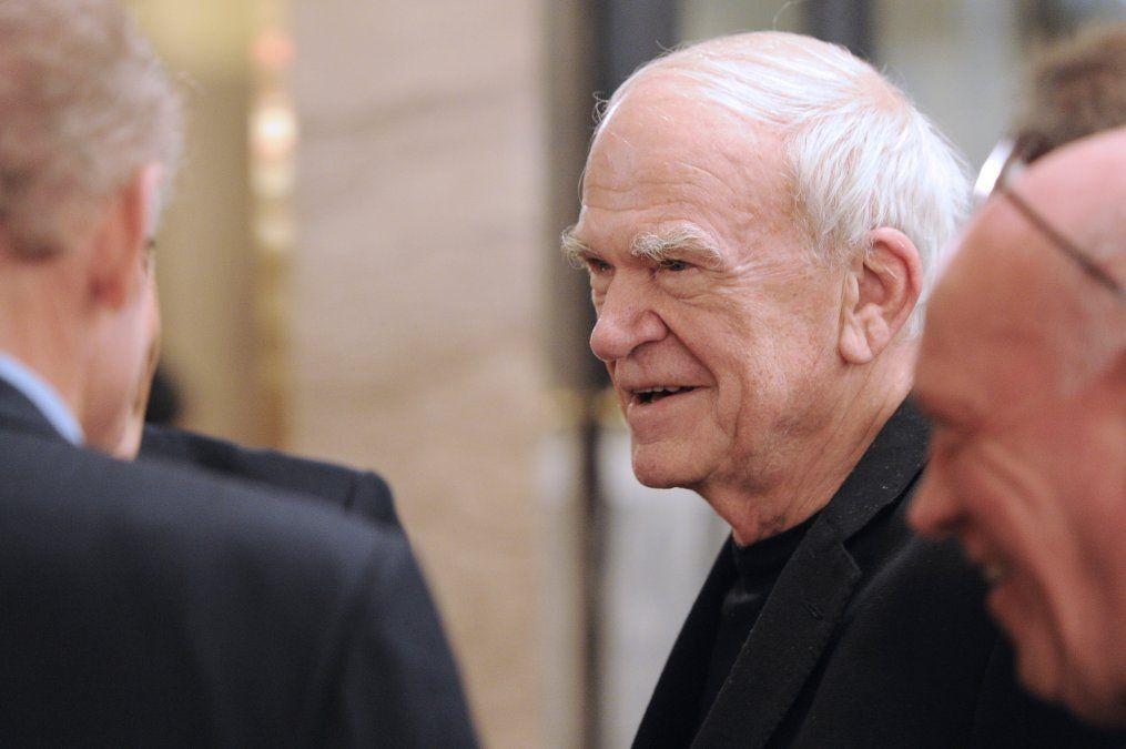 República Checa homenajea con el Premio Kafka a Milan Kundera, el escritor que debió exiliarse en 1975 por el régimen comunista