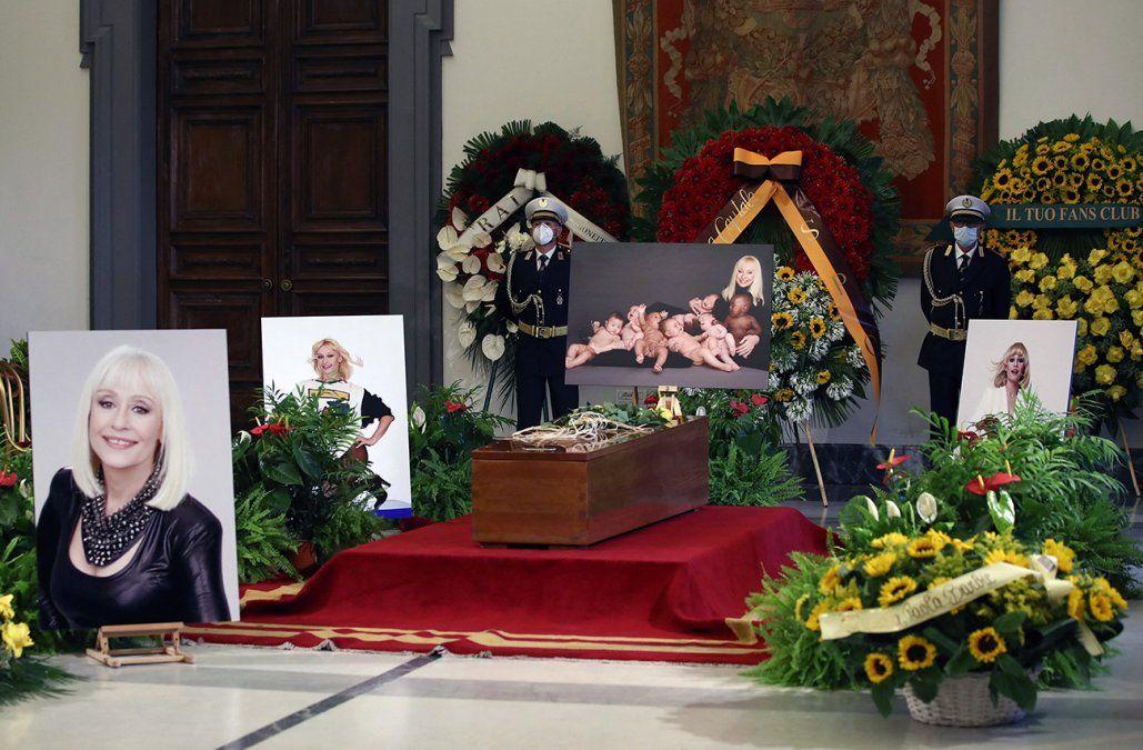 Entre lágrimas, Italia despidió a Raffaella Carrà: el funeral de la diva en imágenes