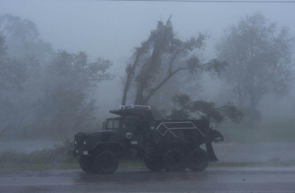 Fuertesvientos y lluvia debido al paso del huracán Ida por Luisiana. Elhuracán azotó la costa de Luisiana el domingo como una poderosatormenta de categoría 4