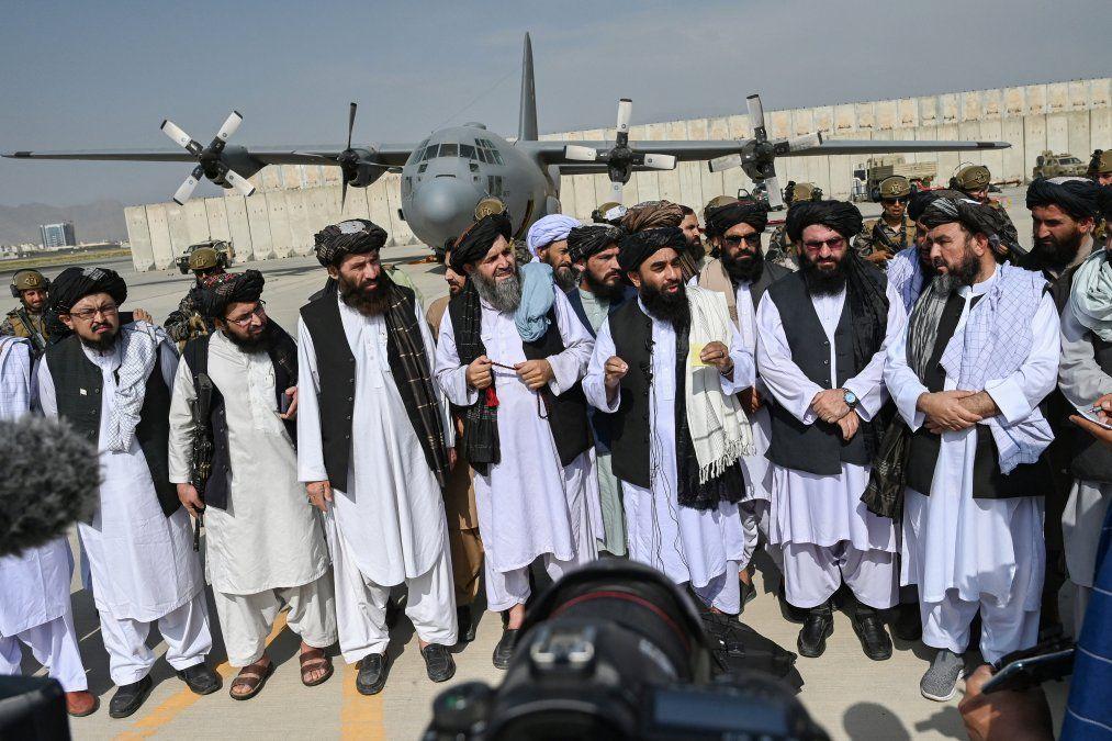 Talibanes festejan su victoria tras salida de los últimos soldados de EEUU de Afganistán