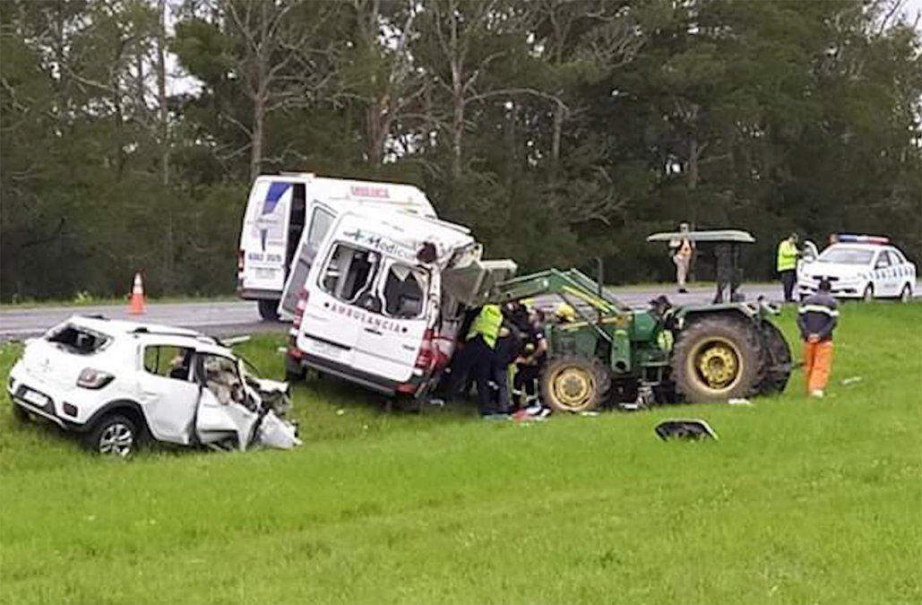 Choque frontal entre una ambulancia y un auto dejó dos muertos y un herido