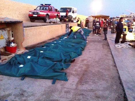 Encuentran 25 cadáveres en un barco que llegó a costas italianas