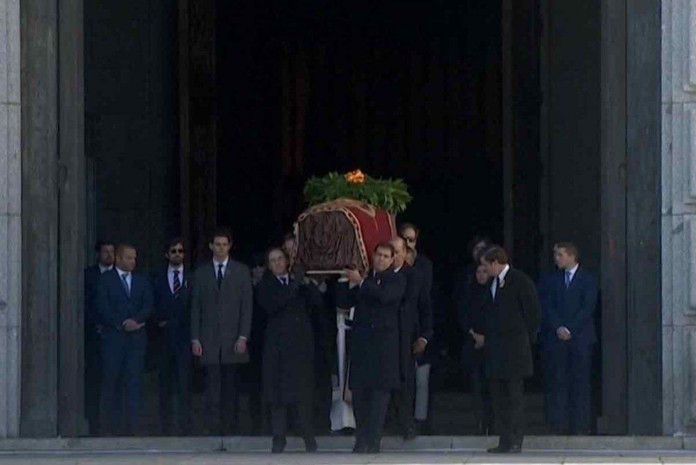 Exhumaron los restos del dictador Francisco Franco 44 años después de su muerte
