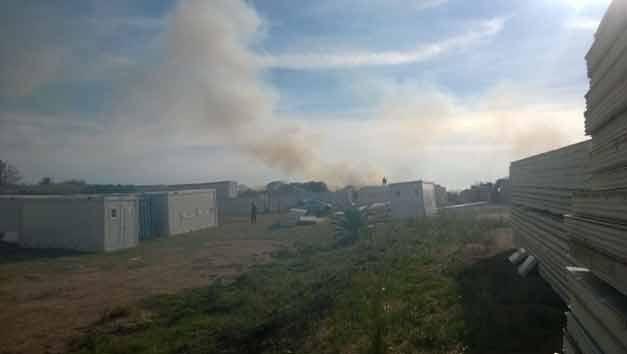 Pequeño incendio frente a la chacra de Mujica, cerca de la escuela agraria