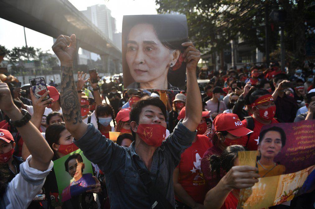 Protestas frente a la embajada Birmana en Bangkok en reclamo de la libertad de Aung San Suu Ky