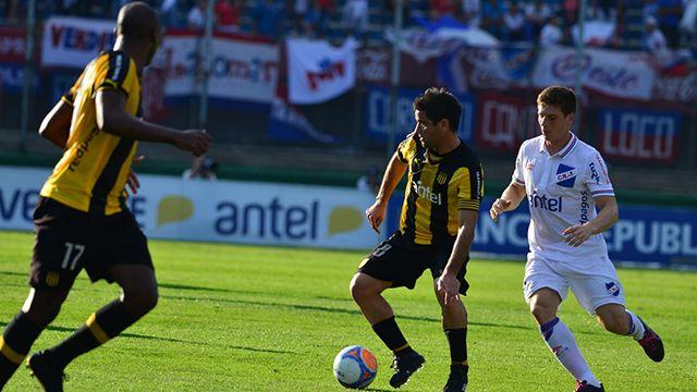 El clásico terminó empatado 1-1 y Peñarol quedó cómo único líder