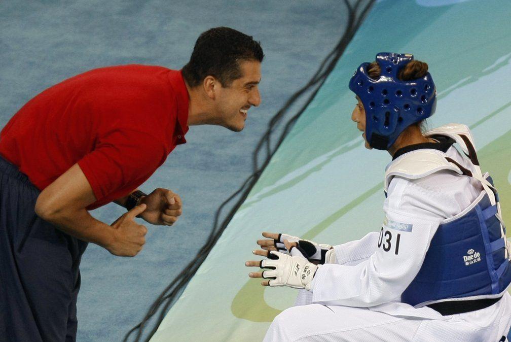 La deportista de taekwondo Diana Lopez recibe instrucciones de su entrenador y hermano mayor Jean Lopez