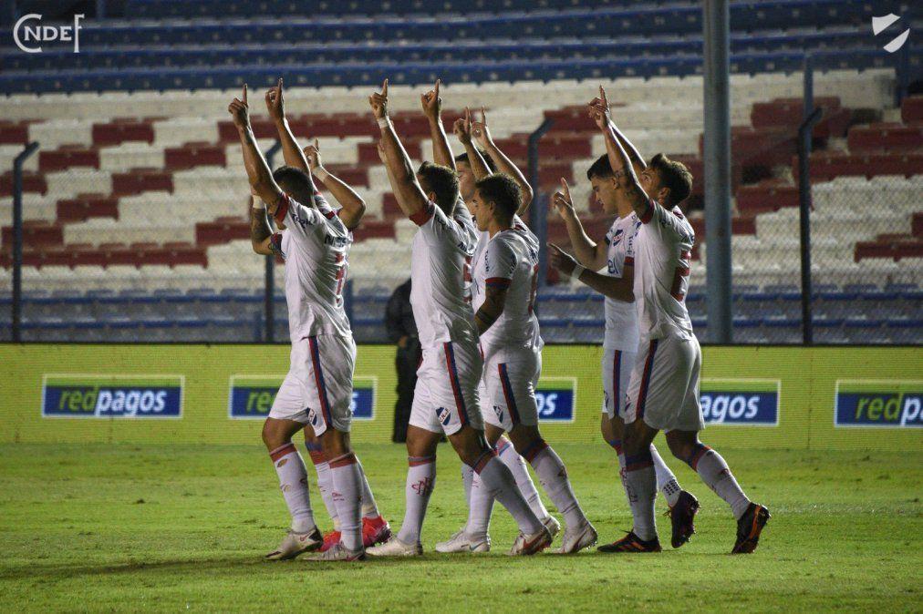 Los jugadores de Nacional elevan los brazos al cielo en homenaje a Santiago García