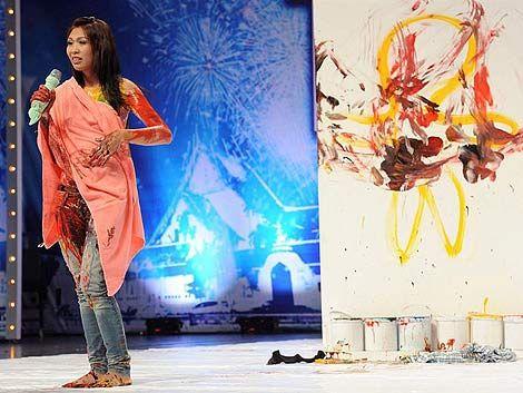 Revuelo en Tailandia por joven que pinta cuadros con los senos