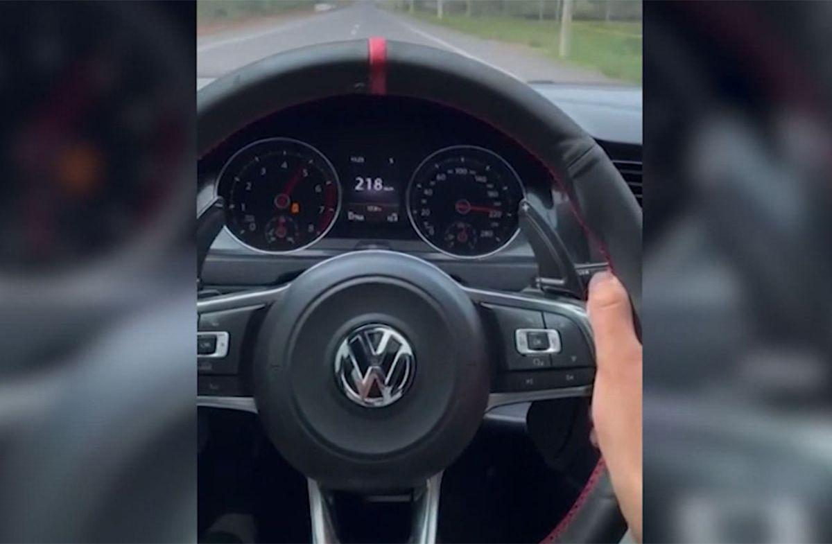 Video: manejaba a 220 km/h y casi atropella a una persona que cruzaba la ruta